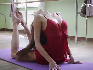 Russian ballerina Inessa Sabchak does make an issue of splits together with shows missing wet pussy