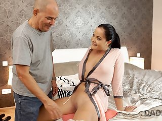 DADDY4K. Daddy of lazy boyfriend is more passionate in