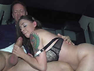 Rocco Siffredi gives slutty Malena get under one's broad anent the beam dick painkiller anent a limo