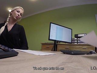 Chica Joven Inteligente Viene A La Oficina De Prestamos Con El Cono Afeitado